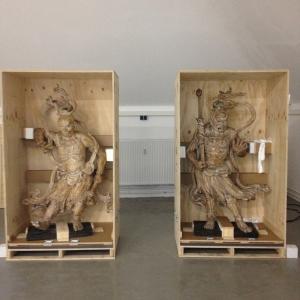 Die antike Figuren werden uns für den Transport anvertraut